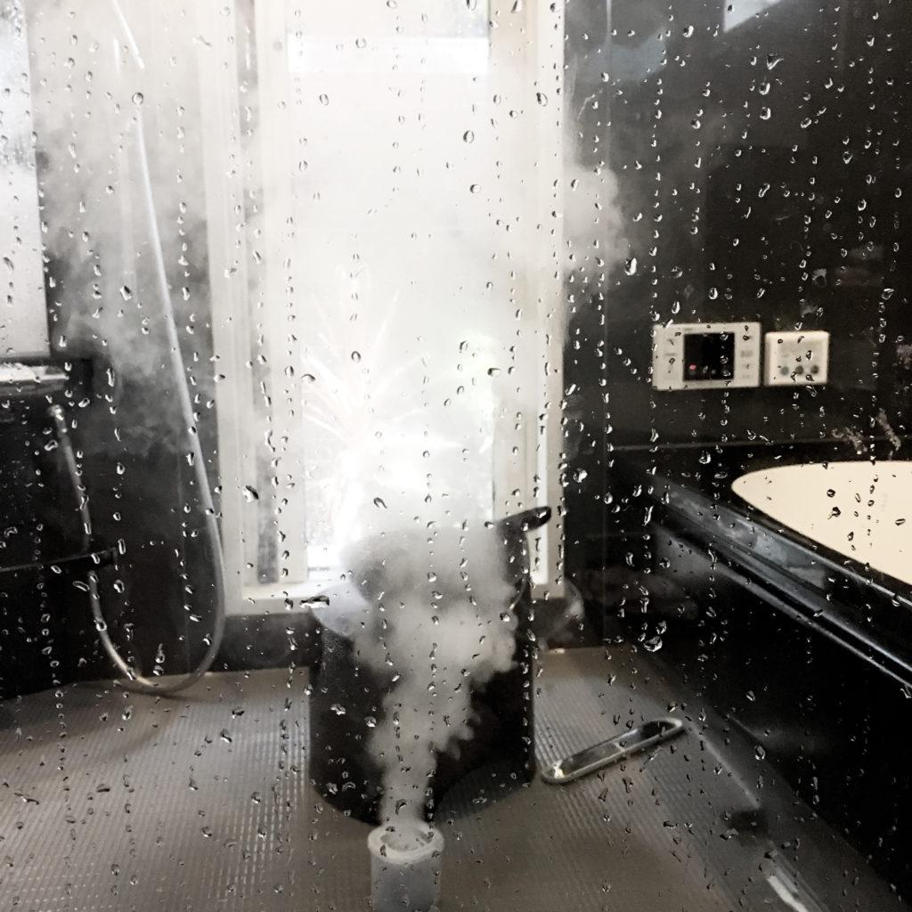 ガラス張りのお風呂をくん煙剤で掃除