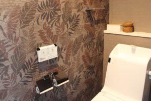 【Web内覧会】アジアンインテリアのトイレは壁紙と床材がポイント!小物や収納道具収納道具もご紹介