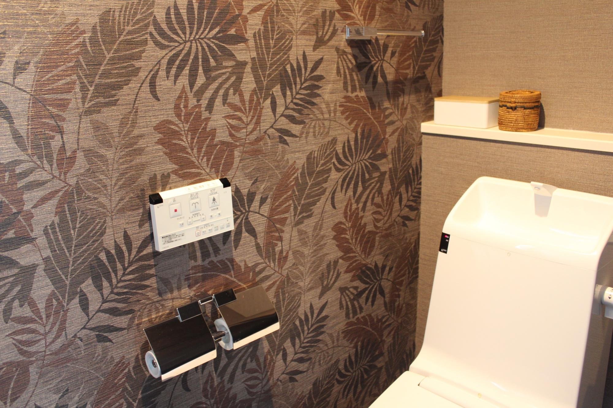Web内覧会 アジアンインテリアのトイレは壁紙と床材がポイント 小物や収納道具収納道具もご紹介 Ayalog あやろぐ 暮らしと美容ブログ