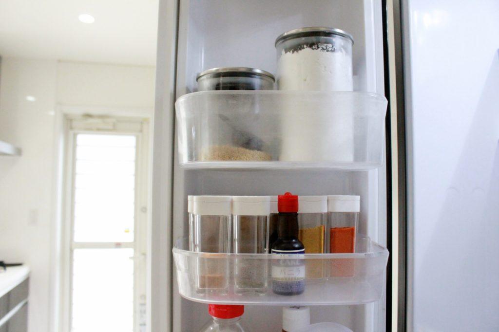 冷蔵庫の収納ポケットに調味料を入れて冷蔵保存