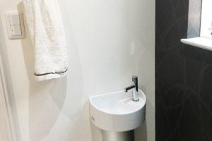 モダンインテリアのトイレの水栓