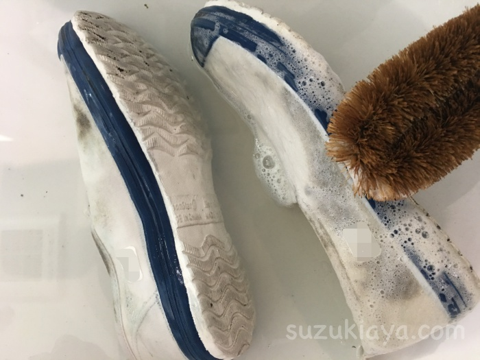 上靴の泥汚れにウタマロ石鹸で洗う