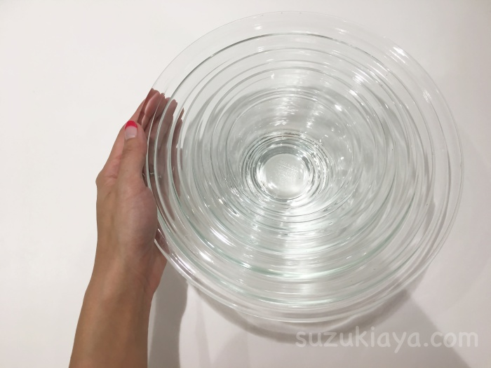 イワキの耐熱ボウルの大きさを手で表す