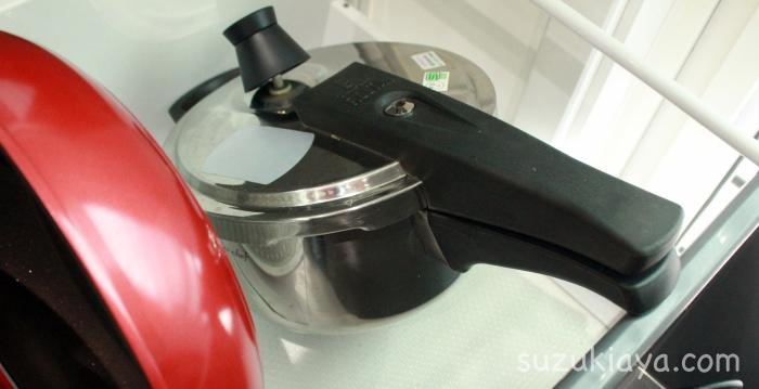 圧力鍋の取っ手が突っ張り棒に引っかかって使いやすい収納