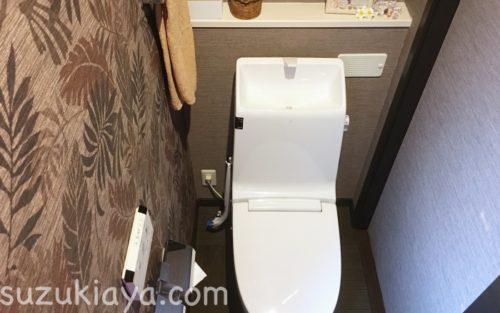 流せるトイレブラシは吸盤フックで吊り下げ収納に。掃除しやすくなりました