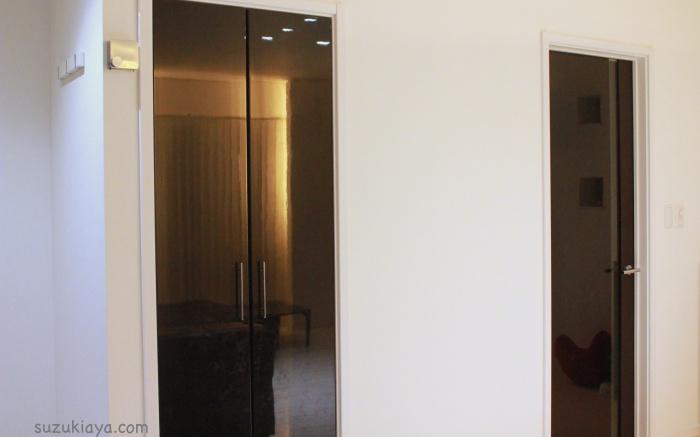 モダンインテリアの鏡面ドア
