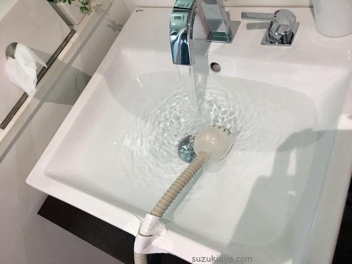 オキシクリーンで洗濯槽の掃除をするときは、洗濯ホースを使うと簡単