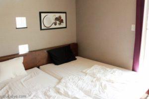 ブラウンのローベッドで広く見せる寝室インテリア