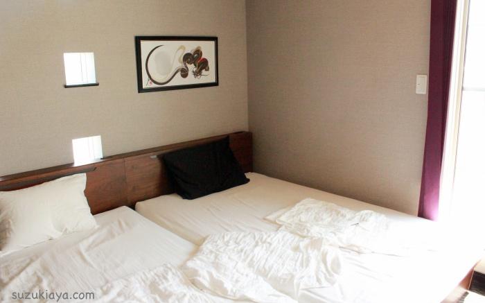 スッキリ見せる寝室インテリア。茶色と白ベースで