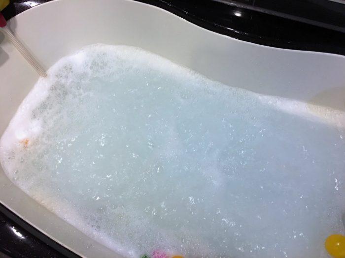 浴槽にオキシクリーンを溶かす