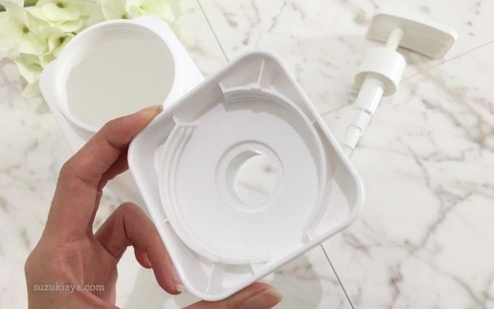 白いシャンプー詰め替えボトルのふたは溝だけでパッキンがないので洗いやすい