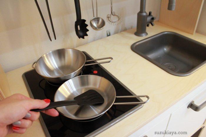 イケアのおままごとキッチンとキッチンツールを使っているようす