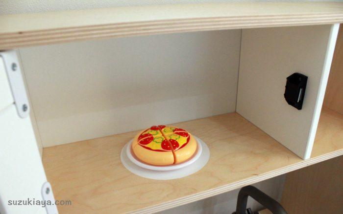 イケアのおままごとキッチンの電子レンジにピザを入れてみた