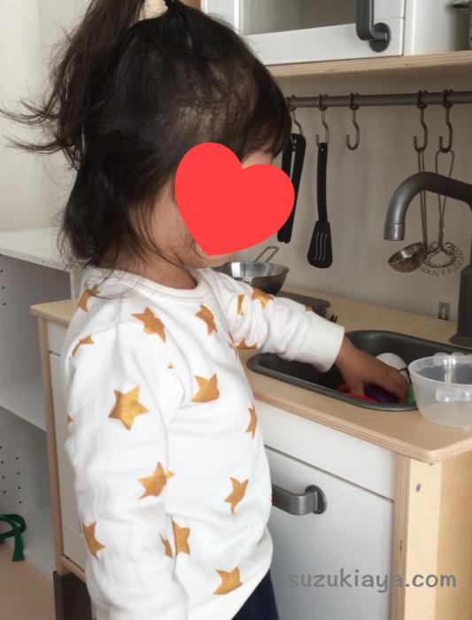 2歳の女の子がイケアのおままごとキッチンで遊んでいる様子