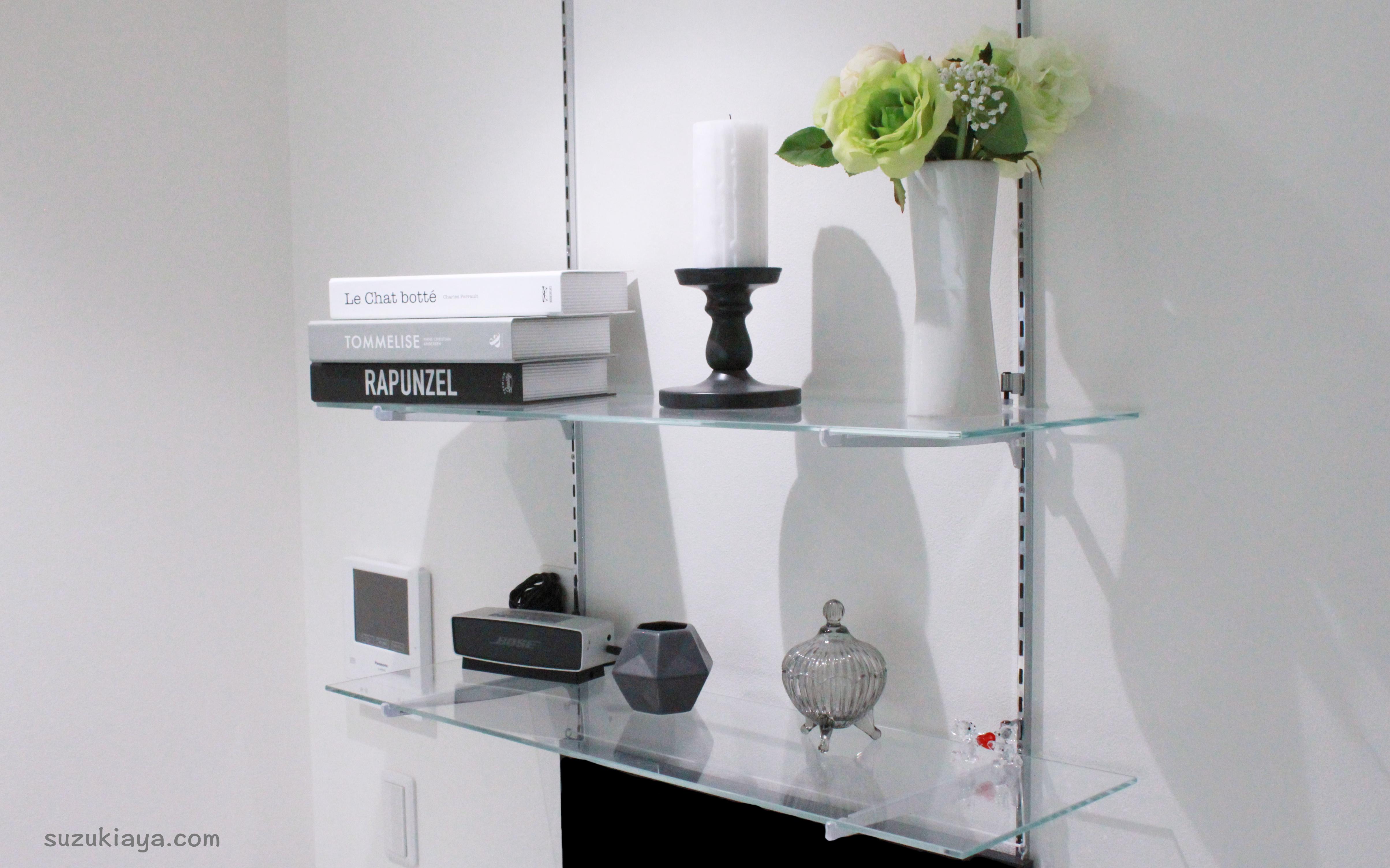 リビングのガラス棚におしゃれなモノトーン雑貨を飾る。IKEA・monotone