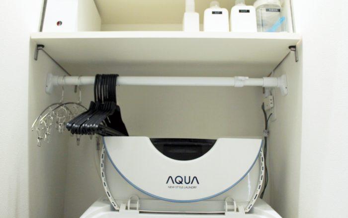 洗濯機上に突っ張り棒でハンガーをスッキリ収納