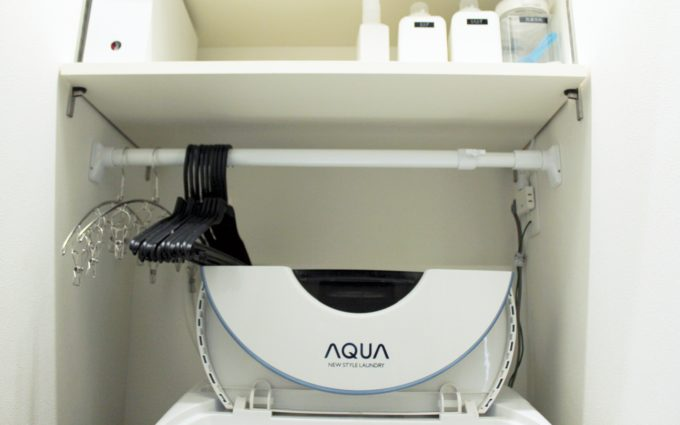 洗濯ハンガーの収納は洗濯機上の突っ張り棒*おしゃれなピンチハンガーも絡まない方法がコレだ