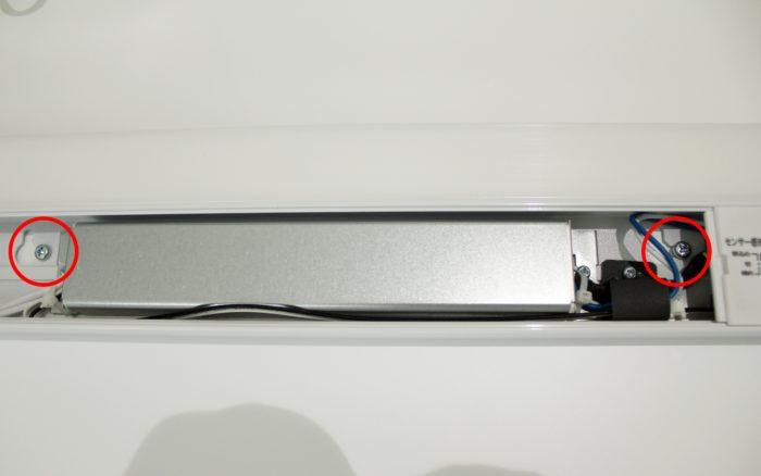 アイリスオーヤマの多目的LED(コンセント式照明)にネジを固定