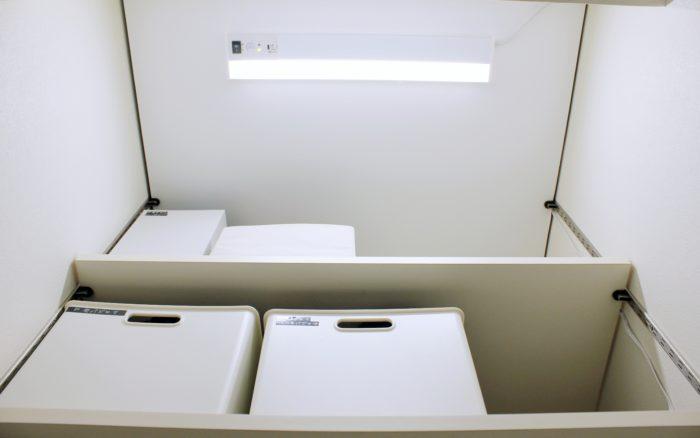 アイリス多目的LED(コンセント式照明)を板に取り付け。でも天井に付けたように見える