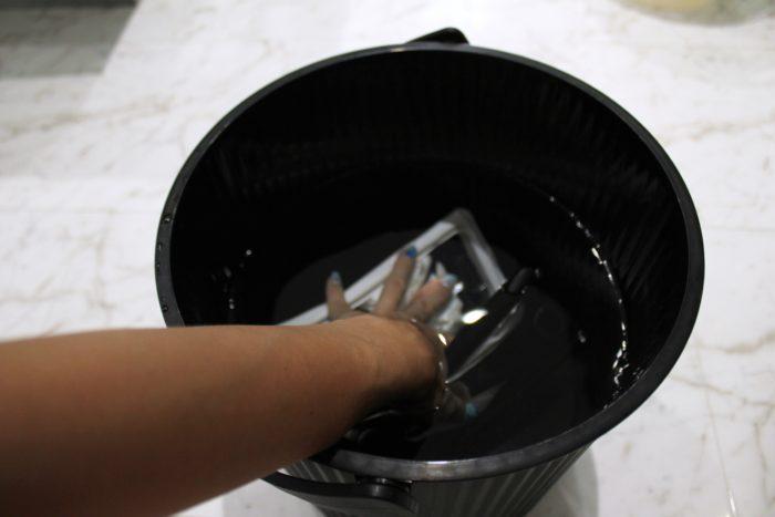 全機種対応の防水スマホケースアルケミティは浮くので手で水の中に沈ませてテスト