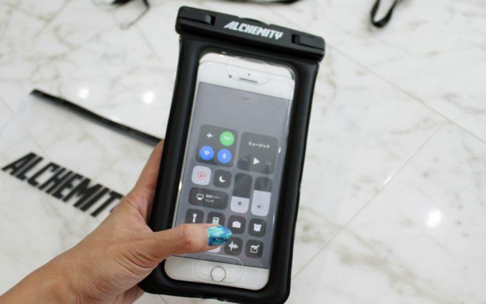 全機種対応の防水スマホケースアルケミティにiPhoneを入れて操作