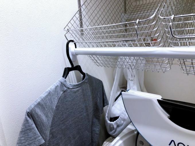 洗濯機上の突っ張り棒に洗濯物を干す