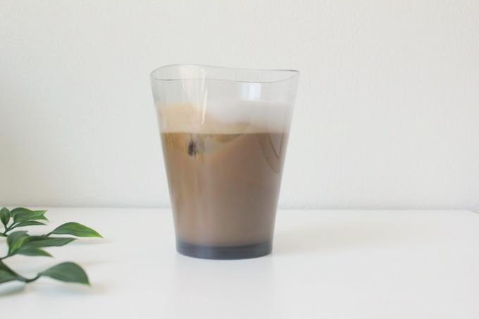 ゆらぎタンブラーにアイスコーヒーを入れた写真