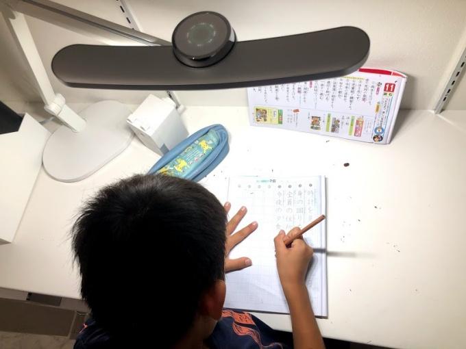 子供のリビング学習にBenQ Wit MindDuo LEDデスクライトを導入!インテリアもおしゃれで自動調光が便利
