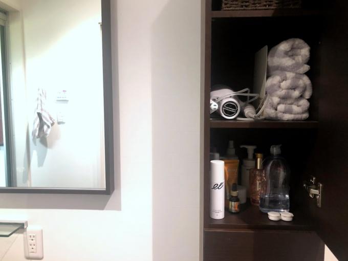 コンタクトケースは洗面所の収納棚に保管