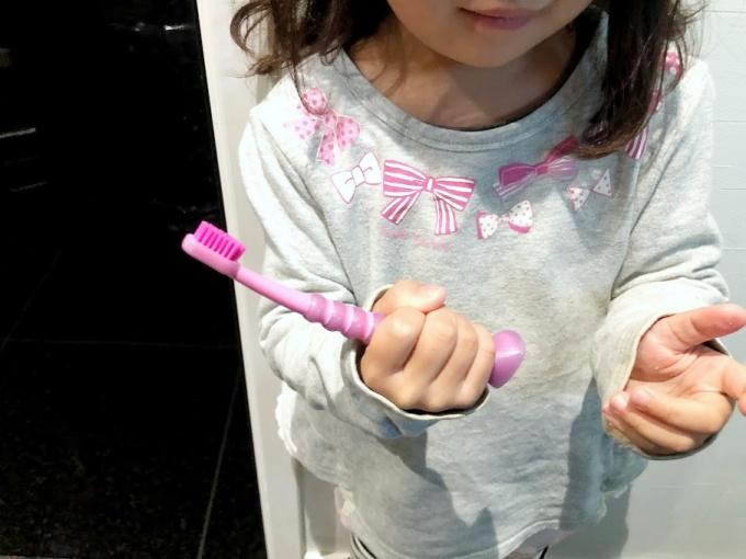 歯医者さんおすすめの「クラプロックス」の子供歯ブラシ「クラキッズ」を4歳の子供が持ったところ
