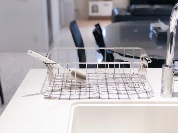 イオン(トップバリュ)のHOME COORDYシリーズの「伸縮式ボトル洗い」を乾かしている様子