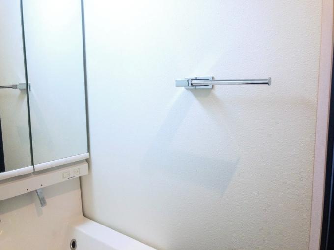 洗面台横にあるカワジュンのタオル掛け(ホルダー)