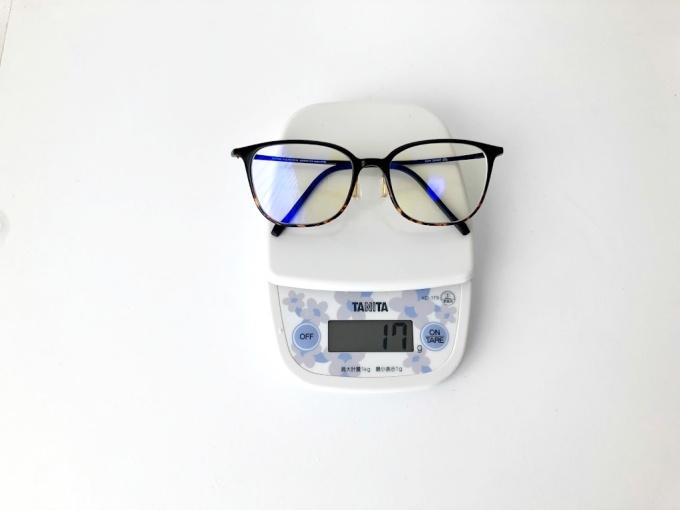 Zoff(ゾフ)のブルーライトカット眼鏡は薄型レンズとゾフスマートで17gと軽量に