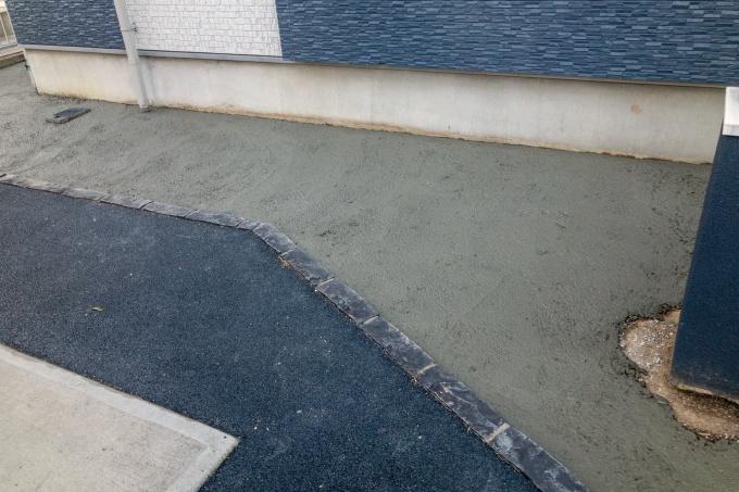 芝生を剥がしてコンクリートで埋める