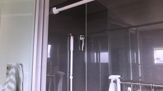 セリアのマグネットシェーバーホルダーを浴室に取り付け