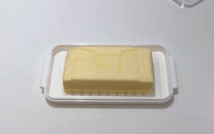 スケーターのステンレスカットバターケースでバターを切る
