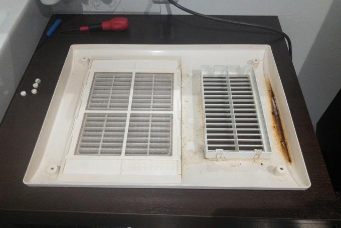 浴室換気扇「MAX」のフロントパネルの汚れ