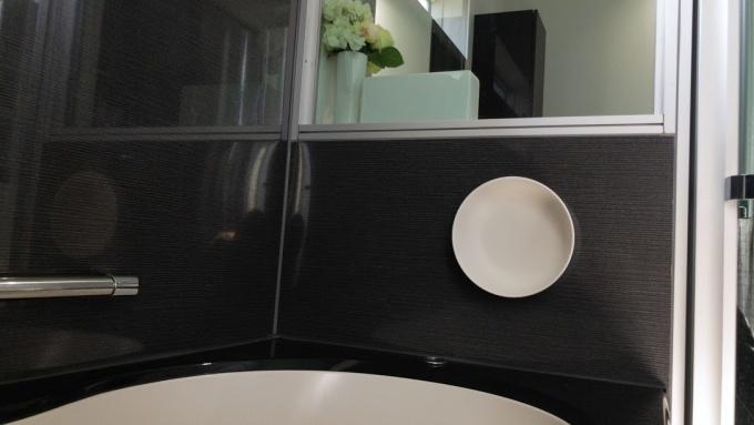 MARNA(マーナ)マグネット湯おけを浴室に張り付け