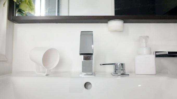 「マーナの吸盤洗面スポンジ」で掃除がラクに!おしゃれなのに水垢も汚れも簡単に落ちます【レビュー】