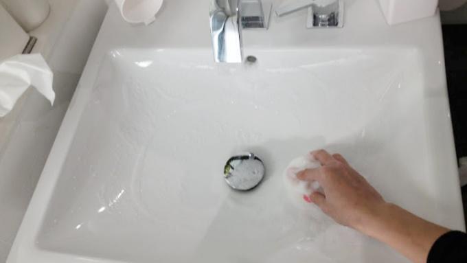 MARNA洗面吸盤スポンジで洗面台を掃除