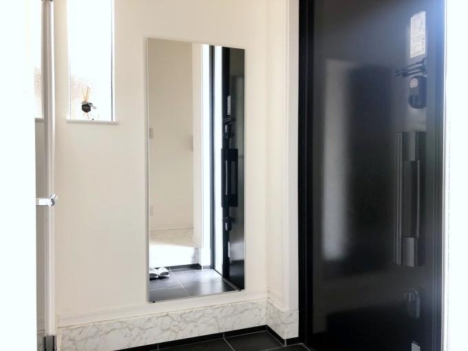 玄関にリフェクスミラーを自分で取り付け!軽くて割れないから賃貸にもおすすめの壁掛け鏡です