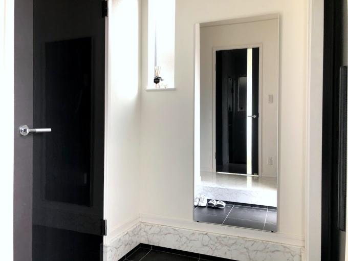 玄関に全身鏡のリフェクスミラーを取り付け