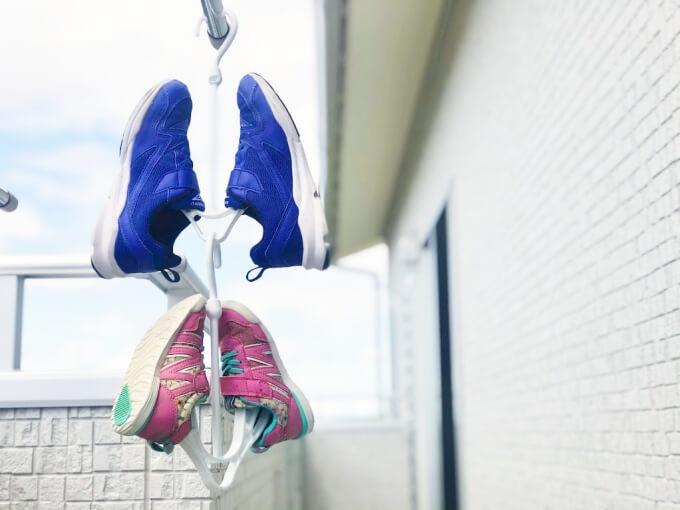 100均(セリア・ダイソー)のシューズハンガーを連結させれば靴2足干せる