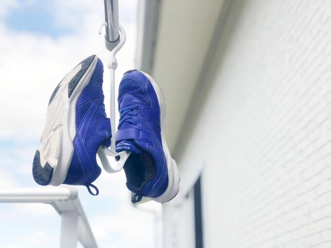 100均(セリア・ダイソー)のシューズハンガーに子どものスニーカー(靴)を干した写真