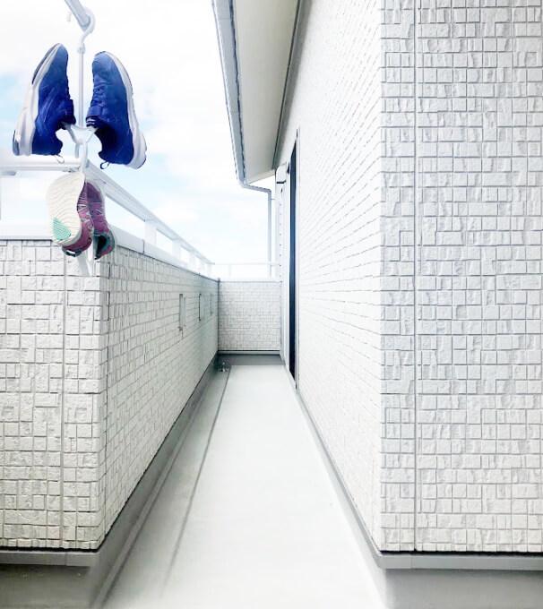 100均(セリア・ダイソー)のシューズハンガー2足干した写真