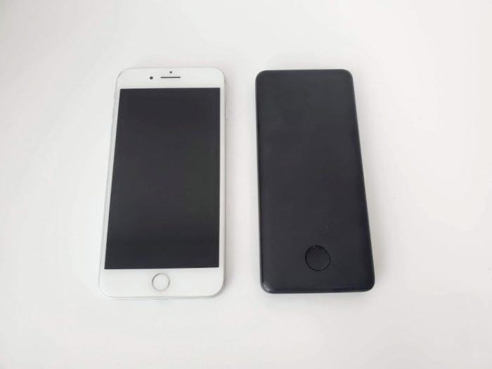 モバイルバッテリー「Anker PowerCore Slim 10000 PD」の大きさはiPhoneと同じくらい