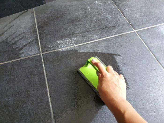 玄関タイルをアズマブラシを使って水だけで掃除