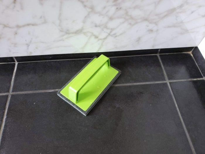 アズマブラシは四角いから隅も掃除しやすい