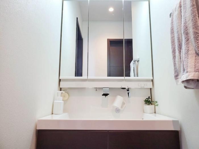 「ニトリ」吸盤で取り付ける「水切りコップスタンド」を付けた洗面台