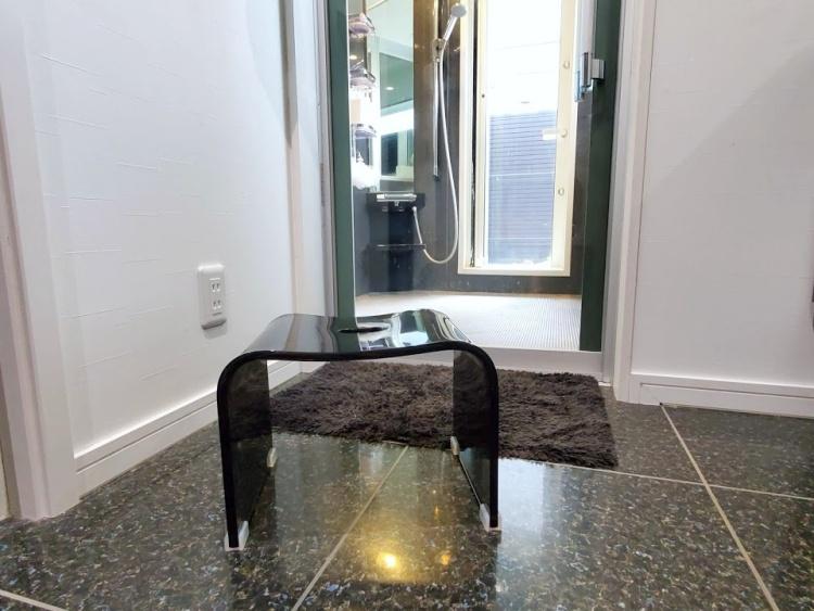 おしゃれなコの字の風呂椅子を購入!浴槽に掛けられる・掃除しやすい形でおすすめ【レビュー】